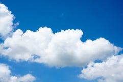 Wolke auf dem klaren Himmel Stockfotos