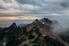 Wolke bedeckte Berge stockfoto