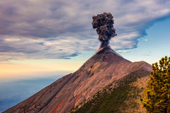 Wolke der Asche an der Spitze eines Vulkans in Guatemala Lizenzfreie Stockfotos