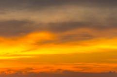 Wolke an der Atmosphäre während des Sonnenuntergangs Stockfotografie