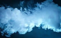 Wolke des Dampfes Dunkelblauer Hintergrund Stockfotos