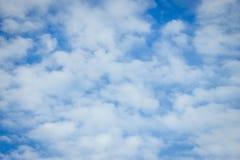 Wolke des sonniger Tageshelle blauen Himmels stockfotos