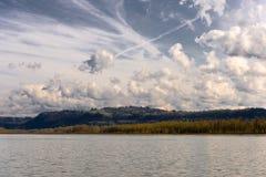 Wolke, die über den Fluss tanzt lizenzfreies stockfoto