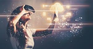 Wolke, die mit junger Frau mit VR rechnet Stockbild
