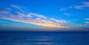 Wolke, die nach dem Ozean sitzt Lizenzfreie Stockfotos