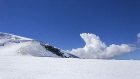 Wolke hinter Testa Grigia-Gletscher Stockfotografie