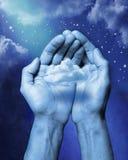 Wolke in Ihren Händen Stockfotos