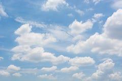 Wolke im blauen Himmel stockbilder