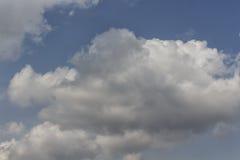 Wolke im blauen Himmel Stockbild