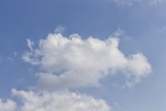 Wolke im blauen Himmel Stockfoto