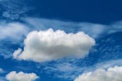 Wolke im blauen Himmel Entspannendes Bild für Fahnen- oder Kartenschablone Lizenzfreies Stockfoto