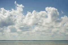 Wolke im Himmel und im Wasser lizenzfreie stockfotos