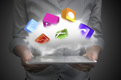Wolke mit APP-Blöcken über intelligenter Tablettenfrau übergibt das Halten Lizenzfreie Stockfotografie