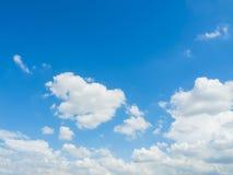 Wolke mit Hintergrund des blauen Himmels Lizenzfreies Stockbild