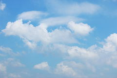 Wolke mit Hintergrund des blauen Himmels Lizenzfreie Stockfotografie