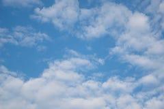 Wolke mit Hintergrund des blauen Himmels Stockbild