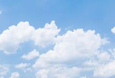 Wolke mit Hintergrund des blauen Himmels Lizenzfreie Stockfotos