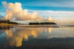 Wolke reflektiert sich im Meer Stockfotos