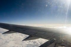Wolke, Sonne, Flugzeug lizenzfreie stockfotos