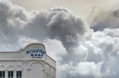 Wolke Strom über Gebäude Stockfoto