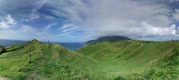Wolke trifft das Meer von den Hügeln Lizenzfreies Stockfoto