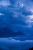 Wolke und Berge in der Dämmerung Lizenzfreie Stockfotos