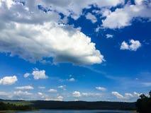 Wolke und blauer Himmel Lizenzfreies Stockbild