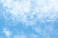 Wolke und blauer Himmel für den Hintergrund gemasert stockfotografie