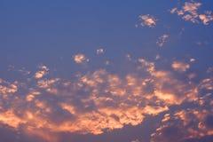 Wolke und Himmel in der Dämmerungszeit nach Sonnenuntergang Lizenzfreies Stockfoto