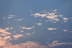 Wolke und Himmel in der Dämmerungszeit nach Sonnenuntergang Lizenzfreie Stockfotografie