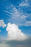 Wolke und klarer Himmel Stockfotos