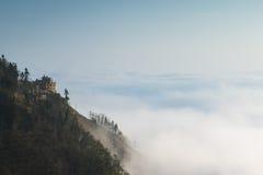 Wolke und Nebel hüllten Berge ein Stockbilder