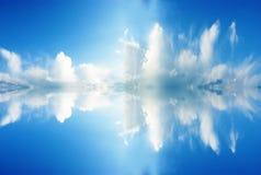 Wolke und seine Reflexion Stockfoto