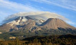 Wolken über Berg Shasta stockfoto