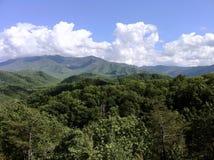 Wolken über Berge lizenzfreies stockfoto