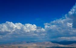 Wolken über Bergen Stockbilder