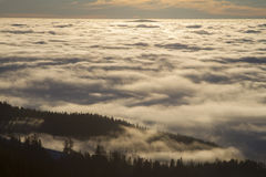 Wolken über Bergen stockfoto