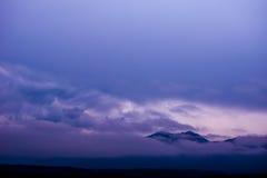 Wolken über Bergen Lizenzfreie Stockfotos