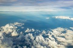 Wolken über blauem Meer Lizenzfreie Stockbilder