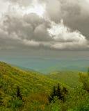 Wolken über blauen Ridge Mountain lizenzfreie stockbilder