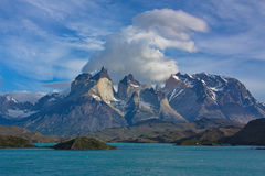 Wolken über Cuernos Del Paine im Nationalpark Torres Del Paine in Chile Lizenzfreie Stockbilder