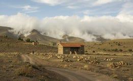 Wolken über dem Bauernhof stockbild