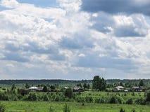 Wolken über dem Dorf Stockfotografie