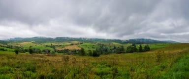 Wolken über dem Dorf in den Bergen Lizenzfreie Stockbilder
