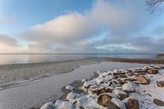 Wolken über dem einfrierenden See Stockbilder