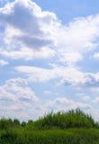 Wolken über dem Feld Hintergrund, Natur Lizenzfreie Stockfotografie