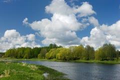 Wolken über dem Fluss Stockfotos