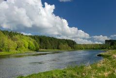 Wolken über dem Fluss Stockfoto