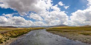 Wolken über dem Fluss lizenzfreie stockfotos