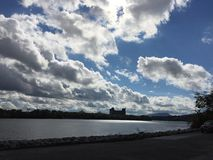 Wolken über dem Fluss Lizenzfreie Stockfotografie